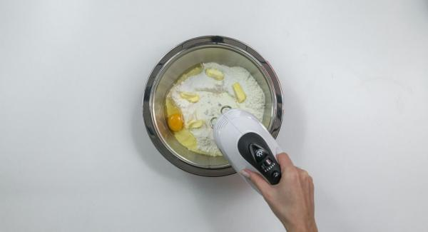 Para la masa de levadura, amasar la harina con la levadura, la leche, el azúcar, la mantequilla y los huevos.