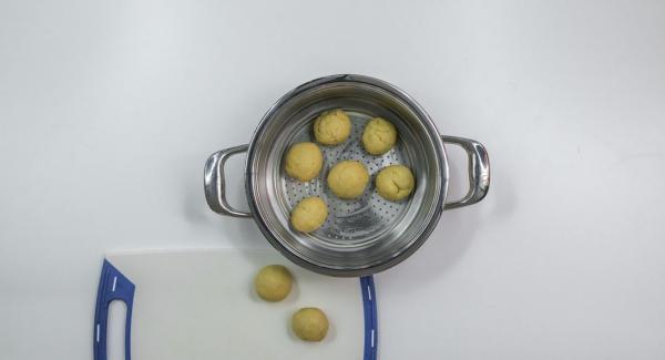Engrasar el set-combi con mantequilla y colocar los bollos rellenos dentro.