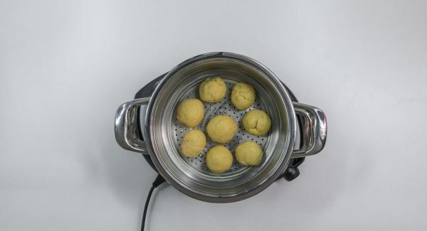 Colocar sobre la olla y tapar con la Tapa Súper-Vapor (EasyQuick) con el aro de sellado de 24 cm.