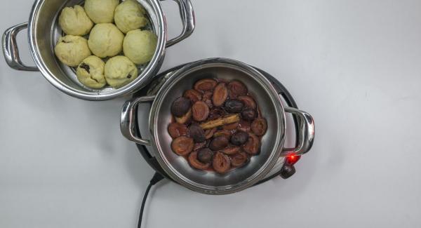 Al finalizar el tiempo de cocción, retirar la Tapa Súper-Vapor (EasyQuick), extraer el set-Combi. Sacar los bolos y servir junto con la compota caliente.