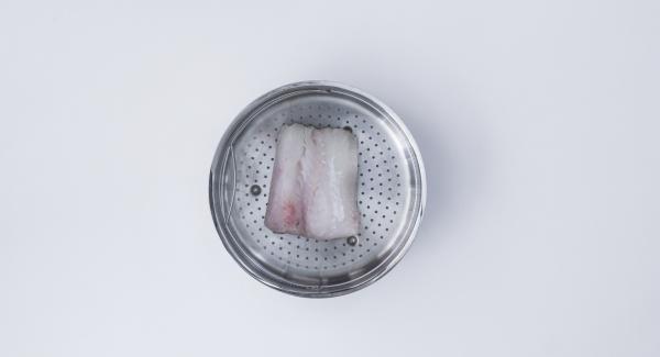 Sazonar y colocar un lomo de la merluza con la piel hacia abajo en la Softiera de 24 cm, a continuación colocar el relleno de espinacas y cerrar con el otro lomo, esta vez con la piel hacia arriba.