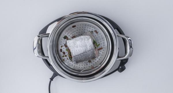 Añadir el vino blanco en la olla, introducir la Softiera en la olla y tapar con la Tapa Súper-Vapor (EasyQuick) con un aro de sellado de 24 cm.