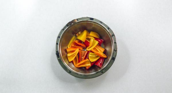 Partir los pimientos por la mitad o en cuartos, en función de su tamaño, lavarlos y secarlos con suavidad.