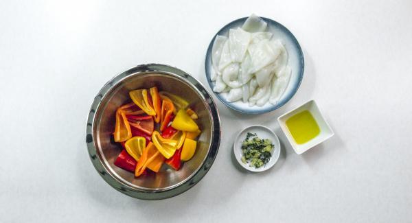 Pelar y picar el ajo. Quitar las hojas del tomillo y picarlas.
