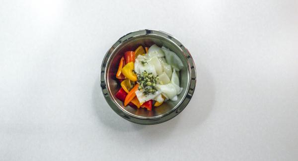 Mezclarlo todo con aceite de oliva y taparlo para que marine en la nevera unas 2 horas.