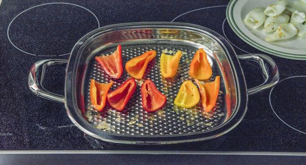 Añadir los trozos de pimiento al Arondo, asar durante un minuto aproximadamente, dar la vuelta, tapar y freír por completo con el fuego apagado durante unos 5 minutos.
