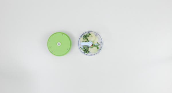 Pelar las cebollas y el ajo, limpiar la guindilla, arrancar hojas de orégano y colocar todo junto en el Quick Cut y picar finamente.
