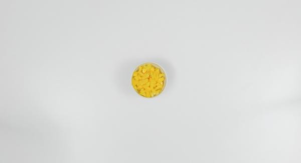 Lavar el pimiento y cortarlo en daditos pequeños.