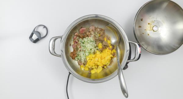 """Cuando el Avisador (Audiotherm) emita un pitido al llegar a la ventana de """"chuleta"""", bajar la temperatura y asar la carne. Agregar la mezcla de la cebolla y los cubos de pimiento."""