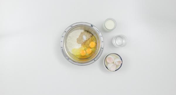 Mezclar la harina y las almendras con leche, agua mineral, huevos y sal.