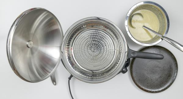 """Cuando el Avisador (Audiotherm) emita un pitido al llegar a la ventana de """"chuleta"""", apagar el fuego, añadir la mantequilla y verter un poco de masa. Esparcir la mezcla girando y cubrir con la tapa. Volver a poner al fuego a baja temperatura."""
