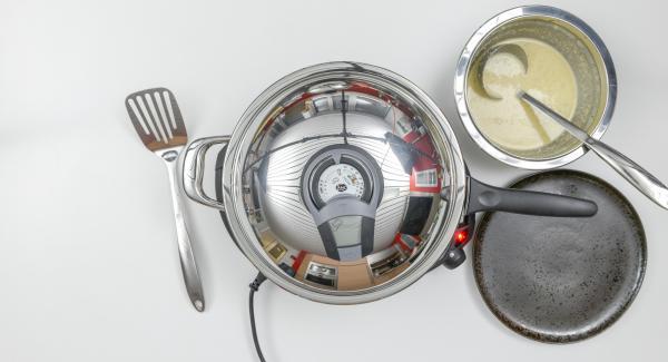 Cocinar el primer lado utilizando el Audiotherm hasta alcanzar el punto de giro de 90 ° C, volver a tapar con la tapa y cocinar hasta que se alcance 90 ° C. Como se describe, hornear un total de 6 finas crepes con la masa restante y mantener caliente.