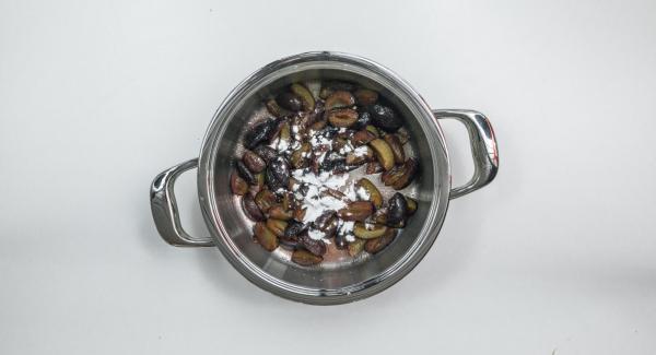 Limpiar las ciruelas, retirar el hueso y cortarlas en gajos. Mezclar en una olla con el resto del azúcar y del azúcar de vainilla. Dejar reposar unos 15 minutos.