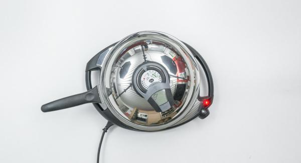 """Colocar la sartén en el Navigenio a temperatura media (nivel 4). Encender el Avisador (Audiotherm), colocarlo en el pomo (Visiotherm) y girar hasta que se muestre el símbolo de """"chuleta""""."""