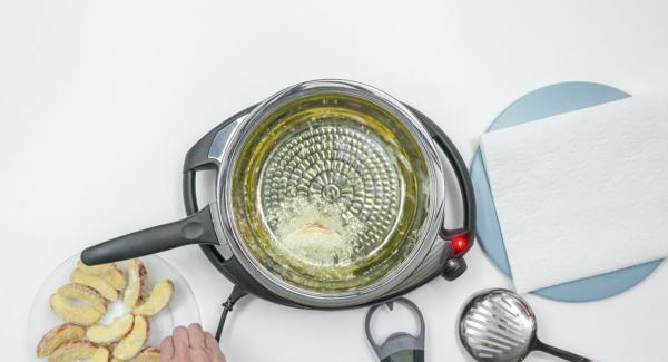 """Cuando el Avisador (Audiotherm) emita un pitido al llegar a la ventana de """"chuleta"""", mantenir la temperatura de Navigenio (nivel 4) y añadir los gajos de manzana rebozados. No demasiadas. Tapar. Destapar, secar la tapa y voltear la manzana. Repetir esta operación cada poco tiempo, hasta comprobar que las manzanas quedan crujientes por fuera."""