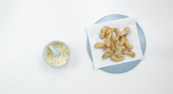 Mezclar todos los ingredientes en el QuickCut y acompañar las chips.