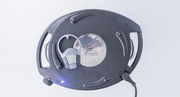 Colocar el Navigenio en modo horno (poniéndolo invertido encima de la olla) y ajustar a temperatura media (1 raya). Cuando el Navigenio parpadee en rojo/azul, introducir 4 minutos en el Avisador (Audiotherm) y hornear hasta que esté dorado.