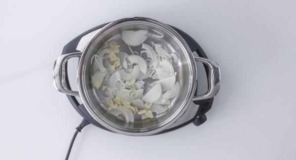 Picar la cebolla en juliana. Laminar el ajo. Añadir a la olla en frío.