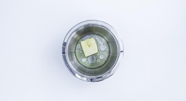 Colocar en una Fuente Combi el aceite, la mantequilla, el vino y la sal. Remover y añadir la harina necesaria para que la masa pueda trabajarse bien y no se pegue. Con la masa ya preparada, se hace una bola, se envuelve en film transparente y se deja reposar en frío durante unas 2 horas.