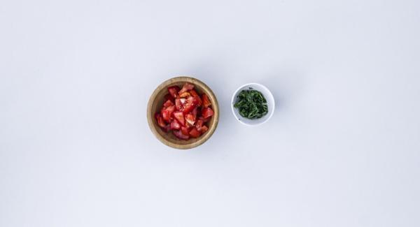 Entretanto, para el relleno, pelar la cebolla y los ajos y picar con el QuicCut. Cortar el tomate en dados. Picar finas las hojas del perejil.
