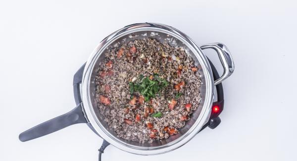 Sazonar con sal, pimienta, pimentón y comino. Añadir el perejil y dejar enfriar.