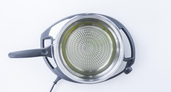 """Echar el aceite en la sartén de 28 cm, encender el fuego a temperatura máxima y calentar hasta la ventana de """"chuleta"""" con el Avisador (Audiotherm)."""