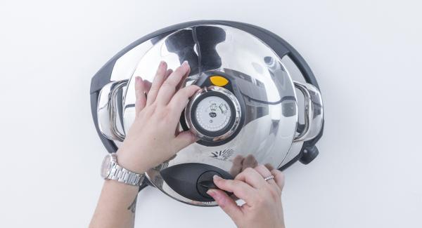 Colocar la Softiera en la olla vacía con un vaso de agua. Tapar con la Tapa Rápida (Secuquick Softline)