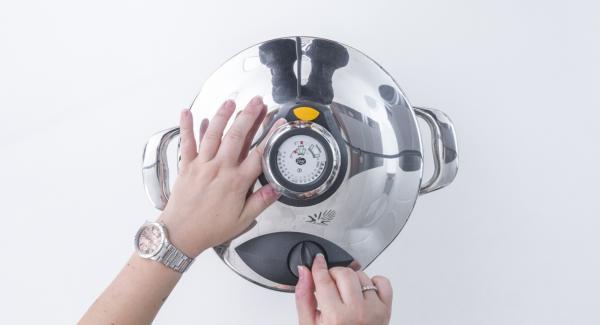 Cuando el Avisador (Audiotherm) emita un pitido al finalizar el tiempo de cocción, colocar la olla con la Tapa Rápida (Secuquick Softline) en una superficie resistente al calor y dejar despresurizar