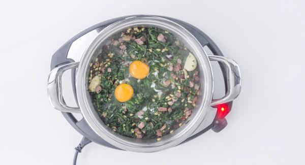 Romper 2 huevos encima de las espinacas, apagar Navigenio y tapar.