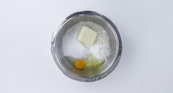 Mezclar todos los ingredientes en un bol hasta que estén completamente integrados formando una masa pegajosa.