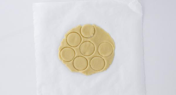 Estirar la masa con un rodillo (1 cm de ancho) y dar la forma deseada.