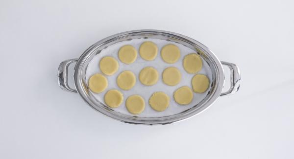 Poner papel de horno en la oval en frío y colocar encima las futuras galletas.