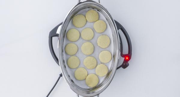 """Cuando el Avisador (Audiotherm) emita un pitido al llegar a la ventana """"zanahoria"""", voltear las galletas, fijar 1 minuto en el """"avisador """" y ponerlo en Zanahoria."""