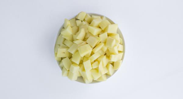 Pelar y cortar las patatas en cachelos. Picar las verduras en Quick Cut. Pelar y trocear el chorizo.