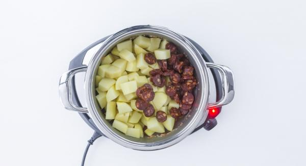 Añadir chorizo + Patatas. Remover y añadir el caldo de carne. Tapar.