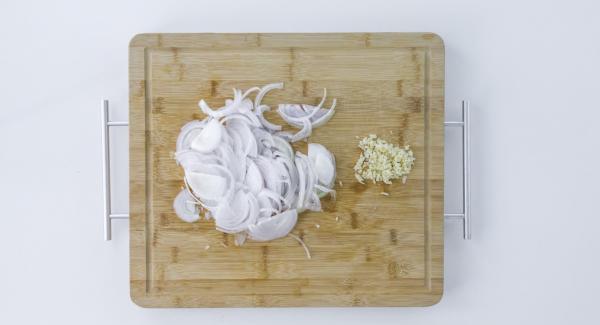 Pelar la cebolla y el ajo. Cortar la cebolla en tiras, picar finamente el ajo.