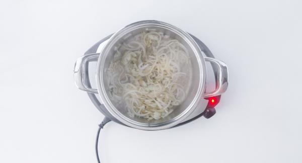 Retirar, añadir la cebolla y el ajo y dorar igualmente.