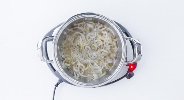 Desglasar con vino y añadir el romero. Sazonar el pollo con sal y pimienta y volver a introducir en la olla.