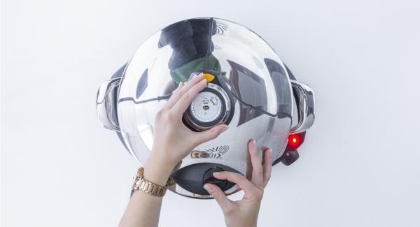 """Tapar con la Tapa Rceápida (Secuquick Softline) y cerrar. Colocar la olla en el Navigenio y seleccionar la función (A). Introducir 8 minutos de tiempo de cocción en el Avisador (Audiotherm) y girar hasta que aparezca el símbolo de """"Turbo""""."""