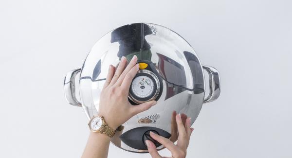 Cuando el Avisador (Audiotherm) emita un pitido al finalizar el tiempo de cocción, colocar la olla con la Tapa Rápida (Secuquick Softline) en una superficie resistente al calor y dejar despresurizar. Retirar la Tapa Rápida (Secuquick Softline)