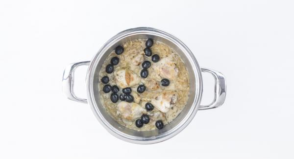 Añadir las aceitunas a la salsa y sazonar con sal, pimienta y aceite de oliva antes de servir.