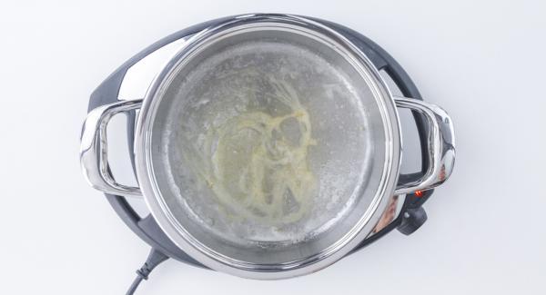Colocar la olla en el Navigenio a temperatura baja (nivel 2). Mover y comprobar visualmente hasta que se forme la textura del caramelo.