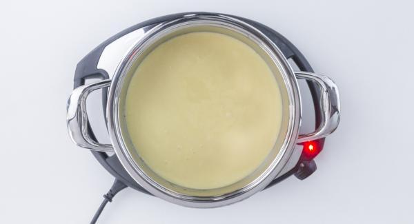 Colocar la olla en el Navigenio a temperatura baja (nivel 2) y verter la mezcla en la olla sobre la piña y el caramelo.