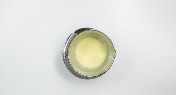 El día anterior, mezclar la clara y la yema de un huevo con azúcar hasta que quede espumoso y se disuelva el azúcar.