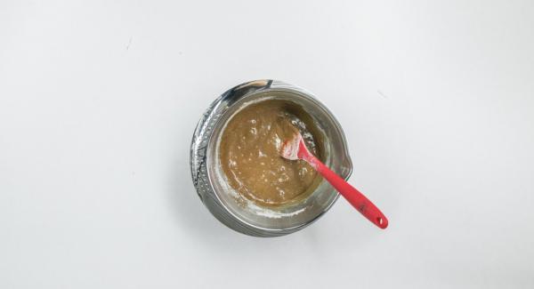 Poner el chocolate con mantequilla en una fuente combi y derretir al baño maría, sin dejar que se caliente demasiado. Mezclar con el huevo sin dejar de remover, tamizar con harina por encima y mezclar con cuidado.
