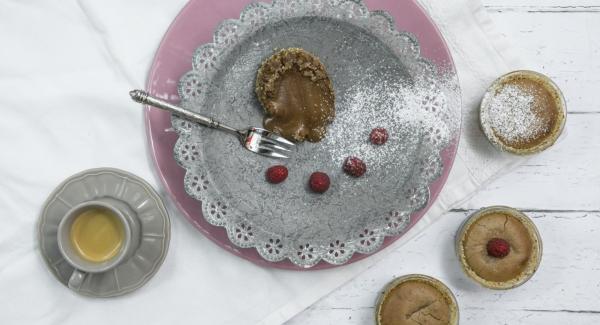 Retirar el molde de la olla y dejar reposar durante unos 15 minutos. Con un cuchillo, separar el bizcocho de los moldes, retirarlo y ponerlo en platos, espolvorear con azúcar glas y servir.