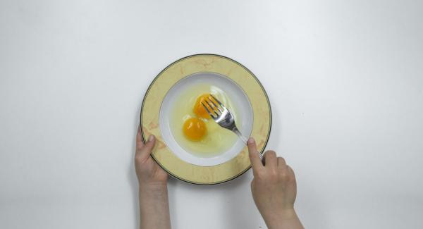 Batir los huevos en un plato hondo, añadir el pan rallado en un plato e incorporar los copos de maíz desmenuzados. Verter la harina en otro plato.