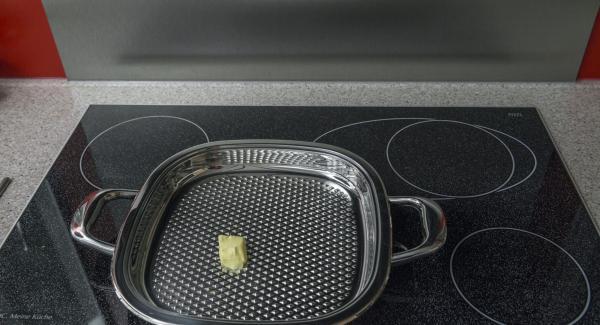Derretir la mantequilla en un Arondo de 32 cm a temperatura máxima. Cuando la mantequilla empiece a hacer espuma, verterla en el Arondo sin dejar de remover. Introducir las rodajas de tomate rebozadas.