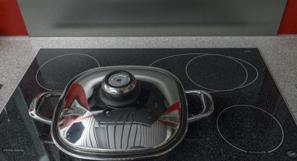 """Cuando el Avisador (Audiotherm) emita un pitido al llegar a la ventana de """"chuleta"""", dar la vuelta a los escalopes de tomate, apagar el fogón y volver a tapar."""