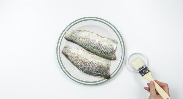 """Untar la piel de los filetes de pescado con un poco de aceite. Cuando el Avisador (Audiotherm) emita un pitido al llegar a la ventana de """"chuleta"""", apagar el fuego."""